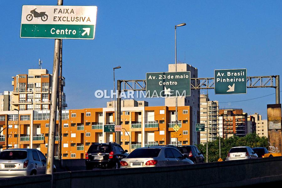 Placas de sinalizaçao de transito. Sao Paulo. 2010. Foto de Juca Martins.