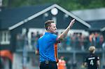 BLOEMENDAAL   - Hockey -  3e en beslissende  wedstrijd halve finale Play Offs heren. scheidsrechter Coen van Bunge.     Amsterdam plaats zich voor de finale.  COPYRIGHT KOEN SUYK