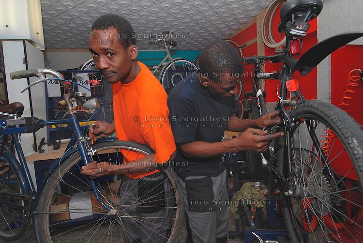 Brescia / Italia 13 novembre 2013<br /> Sory Ibrahim Diancoumba (39) a sinistra e Hamara Samaki (23), a destra nella foto, sono rifugiati proventiente dal Mali, sbarcati a Lampedusa nel 2011 e arrivati a Brescia accolti dall'associazione ADL. Dopo aver fatto corsi per l'inserimento sociale e per l'avviamento al lavoro, hanno fondato la cooperativa Gekake e hanno aperto una officina per riparazione di biciclette.<br /> Progetto realizzato dall'associazione ADL Brescia con il contributo di Re-Startup, rete nazionale per imprese cooperative di titolari di protezione internazionale vulnerabili.<br /> Foto Livio Senigalliesi