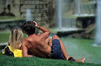Europe/France/Ile-de-France/75016/Paris: Le Trocadéro - Les bassins du jardin un 15 août - Couple sur l'herbe