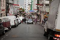 **ATENCAO EDITOR FOTO EMBARGADA PARA VEICULOS INTENARCIONAIS** SAO PAULO, SP, 02 DE FEVEREIRO DE 2013 - TRANSITO - FLAGRANTE DE IMPRUDENCIA - Veiculo é flagrado transitando na contra-mao de direcao na rua dos Estudantes, bairro da Liberdade, zona central da cidade, nesta tarde de sabado (02) FOTO RICARDO LOU - BRAZIL PHOTO PRESS
