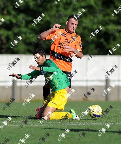 2012-08-18 / Voetbal / seizoen 2012-2013 / Sint-Lenaarts - Deinze / Krasniqi gaat voor bij Karim Didi van Sint-Lenaarts..Foto: Mpics.be