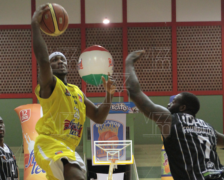 BUCARAMANGA -COLOMBIA, 17-05-2013. Jason Edwin (I) de Búcaros trata de anotar en contra de Piratas durante partido de la fecha 17 fase II de la  Liga DirecTV de baloncesto Profesional de Colombia realizado en el Coliseo Vicente Díaz Romero de Bucaramanga./ Jason Edwin (L) of Bucaros tries to score against Piratas during match of the 17th date phase II of  DirecTV professional basketball League in Colombia at Vicente Diaz Romero coliseum in Bucaramanga. Photo:VizzorImage / Jaime Moreno / STR
