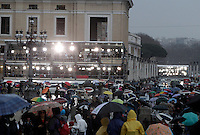 Troupe televisive di fronte a Piazza San Pietro in occasione dell'apertura del Conclave per l'elezione del nuovo Papa della Chiesa Cattolica Romana, Citta' del Vaticano, 12 marzo 2013. .Media gather around St. Peter's square in occasion of the opening of the Conclave for the election of the new Pope of the Roman Catholic Church, at the Vatican, 12 March 2013..UPDATE IMAGES PRESS/Riccardo De Luca STRICTLY FOR EDITORIAL USE ONLY - STRICTLY FOR EDITORIAL USE ONLY