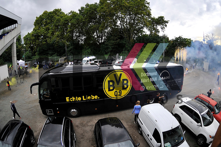 Die Spieler des BVB werden vom SV Waldhof mit einem Feuerwerk empfangen im Spiel SV Waldhof Mannheim - Borussia Dortmund.<br /> <br /> Foto &copy; P-I-X.org *** Foto ist honorarpflichtig! *** Auf Anfrage in hoeherer Qualitaet/Aufloesung. Belegexemplar erbeten. Veroeffentlichung ausschliesslich fuer journalistisch-publizistische Zwecke. For editorial use only.