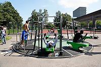 Nederland  Amsterdam 2017. Sporten op straat in de Bijlmer. Foto mag niet in negatieve context gebruikt worden.   Berlinda van Dam / Hollandse Hoogte