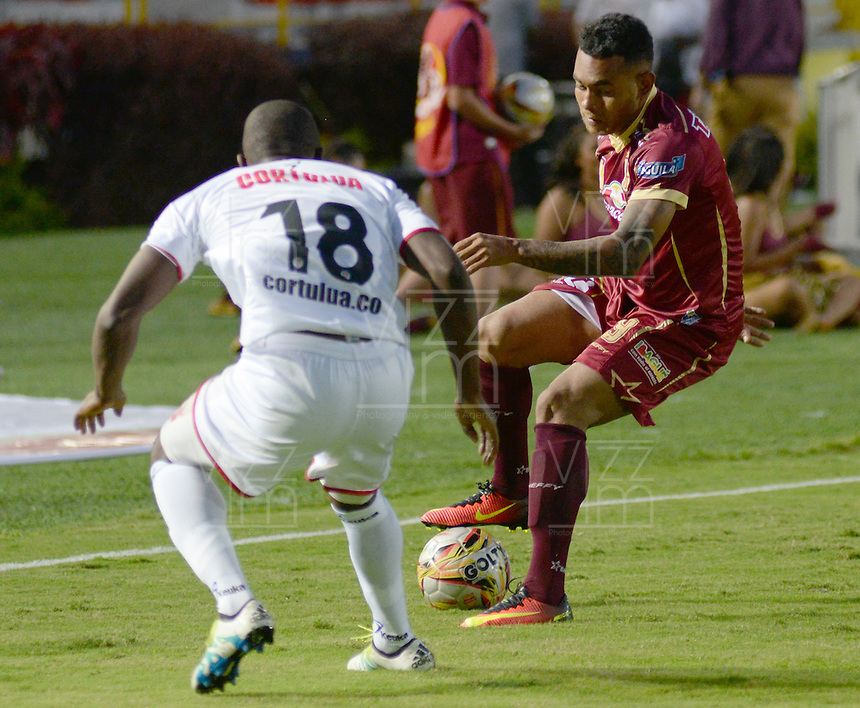 IBAGUÉ -COLOMBIA, 10-07-2015. Armando Vargas (Der) jugador de Deportes Tolima disputa el balón con Juan Campo (Izq) jugador del Cortulúa por la fecha 12 de la Liga Aguila II 2016 jugado en el estadio Manuel Murillo Toro de la ciudad de Ibagué. / Armando Vargas (R) player of  Deportes Tolima vies for the ball with Juan Campo (L) player of Cortulua for the date 12 of the Aguila League II 2016 played at Manuel Murillo Toro stadium in Ibague city. Photo: VizzorImage / Juan Carlos Escobar / Str