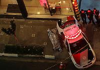 SAO PAULO, SP, 28 DE FEVEREIRO 2013 - QUEDA DE MARQUISE - Vitima em obito é vista ao lado de viatura da Policia Militar enquanto os bombeiros procuram por pessoas sobre os escombros da marquise de um prédio que desabou no bairro da Liberdade, região central de São Paulo, no início da noite desta quinta-feira. Pelo menos uma pessoa morreu no incidente. FOTO: VANESSA CARVALHO - BRAZIL PHOTO PRESS.