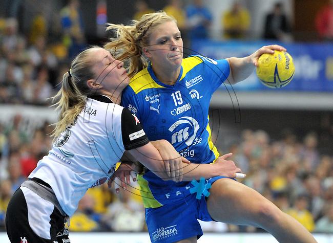 Handball Bundesliga Frauen - Playoff Finale um die deutsche Meisterschaft. Zum Hinspiel empfängt der Handballclub Leipzig (HCL) den Thüringer HC (THC). .IM BILD: Anne Hubinger (HCL) am Ball gegen Nadeshda Nadgornaja (l., THC) .Foto: Christian Nitsche