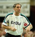 Handball Herren, 1.Bundesliga 2003/2004 Goeppingen (Germany) FrischAuf! Goeppingen - Wilhelmshavener HV (25:27) Trainer Milomir Mijatovic (FAG) gibt Anweisungen, angespannt.