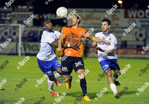 2015-09-05 / Voetbal / Seizoen 2015-2016 / KSK Heist - Deinze / Hans Cornelis (Deinze) tussen Reangelo Manuel (l.) en Boulaouali van Heist<br /><br />Foto: Mpics.be