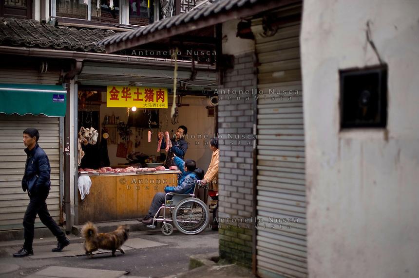 Un mercato in un quartiere popolare di Hangzhou.<br /> People walking in a market in Hangzhou