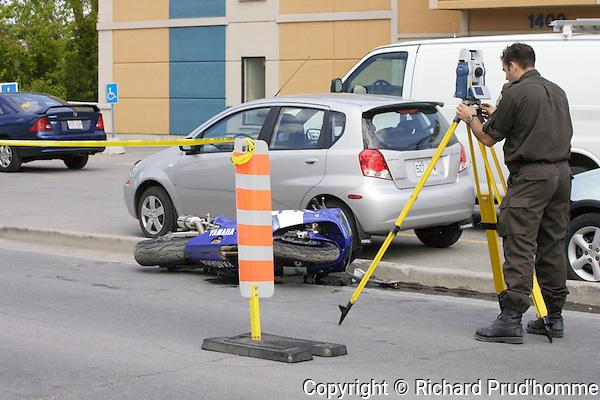 Un motocycliste de 23 ans a fait un vol plan&eacute; en tentant d'&eacute;chapper aux policiers de la S&ucirc;ret&eacute; du Qu&eacute;bec.<br /> <br /> Le conducteur de la moto sport a &eacute;t&eacute; capt&eacute; par les policiers alors qu'il circulait sur la route 138 dans le secteur de Lavaltrie environ 30 km au dessus de la limite permise vers 13h30 mardi.<br /> <br /> Il a refus&eacute; de s'imobiliser mais une autre auto-patrouille se trouvait plus loin et en tentant de l'&eacute;viter, le motocycliste a heurt&eacute; une bordure de trottoir et a termin&eacute; son vol plan&eacute; sur un terrain gazonn&eacute;.<br /> <br /> Il a &eacute;t&eacute; conduit &agrave; l'h&ocirc;pital mais l'on ne craint pas pour sa vie. Il devra r&eacute;pondre &agrave; diverses accusations.