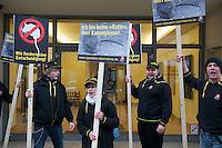 Protestaktion der IG-Metall Jugend gegen den Praesident des Arbeitgeberverbandes Gesamtmetall, Martin Kannegiesser in Berlin.<br /> Am 20. Februar 2012 hatte Kannegiesser in der Zeitung &quot;Welt&quot; die Arbeit der IG Metall zur tariflichen Festschreibung der unbefristeten Uebernahme fuer Auszubildende mit der &quot;Methode des Rattenfaengers von Hameln&quot; verglichen.  Eine Entschuldigung fuer diesen Vergleich gab es von Kannegiesser nicht. Empoerte Mitglieder der IG-Metall Jugend protestierten daraufhin vor dem Sitz des Arbeitgeberverbandes Gesamtmetall in Berlin und bewarfen das Gebaeude mit nassen Stoffratten.<br /> Die alarmierte Polizei nahm darauf hin die Personalien aller Gewerkschaftsmitglieder auf.<br /> 1.3.2012, Berlin<br /> Copyright: Christian-Ditsch.de<br /> [Inhaltsveraendernde Manipulation des Fotos nur nach ausdruecklicher Genehmigung des Fotografen. Vereinbarungen ueber Abtretung von Persoenlichkeitsrechten/Model Release der abgebildeten Person/Personen liegen nicht vor. NO MODEL RELEASE! Nur fuer Redaktionelle Zwecke. Don't publish without copyright Christian-Ditsch.de, Veroeffentlichung nur mit Fotografennennung, sowie gegen Honorar, MwSt. und Beleg. Konto: I N G - D i B a, IBAN DE58500105175400192269, BIC INGDDEFFXXX, Kontakt: post@christian-ditsch.de<br /> Bei der Bearbeitung der Dateiinformationen darf die Urheberkennzeichnung in den EXIF- und  IPTC-Daten nicht entfernt werden, diese sind in digitalen Medien nach &sect;95c UrhG rechtlich geschuetzt. Der Urhebervermerk wird gemaess &sect;13 UrhG verlangt.]