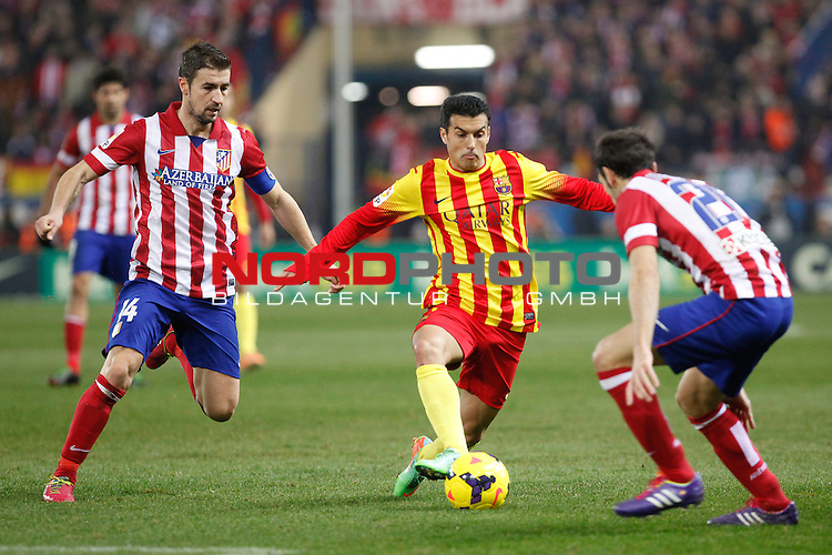 Atletico de Madrid¬¥s Gabi (L) and Barcelona¬¥s Pedro Rodriguez during La Liga match at Vicente Calderon stadium in Madrid, Spain. January 11, 2014. Foto © nph / Victor Blanco)