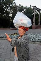 Stra&szlig;enh&auml;ndlerin in Bishkek, Kirgistan, Asien<br /> street vendor, Bishkek, Kirgistan, Asia