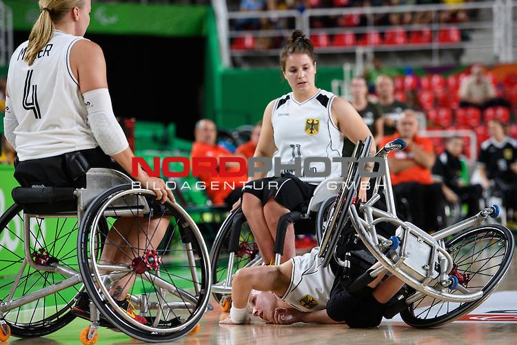15.09.2016, Rio de Janeiro, Olympische Arena<br />Paralympische Spiele, Rollstuhl Basketball Frauen, Halbfinale, Deutschland (GER) vs. Niederlande (NED)<br /><br />Mareike Miller (#4 GER), Maya Lindholm (#11 GER), Annika Zeyen (#8 GER) am Boden<br /><br />  Foto &copy; nordphoto / Kurth