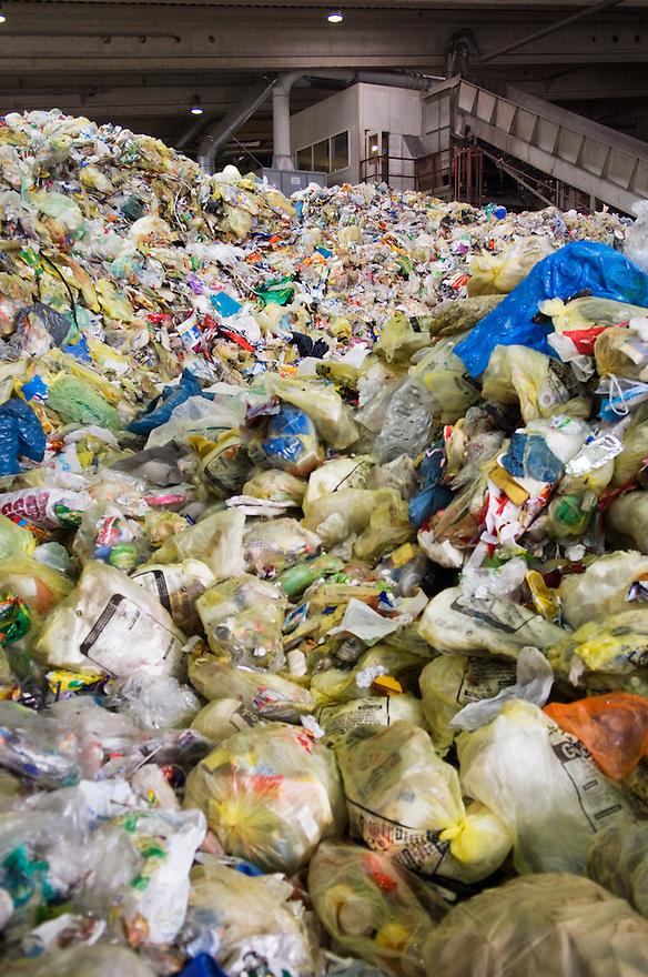 Duitsland, Ochtendung, 14 maart 2008.Plastic recycling. Scheidingsinstallatie voor plastic van firma Sita in Duitsland. Installatie scheid verschillende soorten plastic, dit is weer grondstof voor nieuwe plastic producten. Het plastic wordt als experiment ingezameld in een paar gemeentes in Nederland..Foto (c) Michiel Wijnbergh