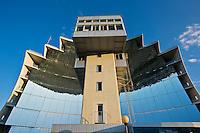 Europe/France/Languedoc-Roussillon/66/Pyrénées-Orientales/Cerdagne/Font-Romeu-Odeillo-Via: e four solaire d'Odeillo, de 54 mètres de haut et 48 de large comprenant 63 héliostats, est un four fonctionnant à l'énergie solaire, mis en service en 1970. Sa puissance thermique est d'un mégawatt