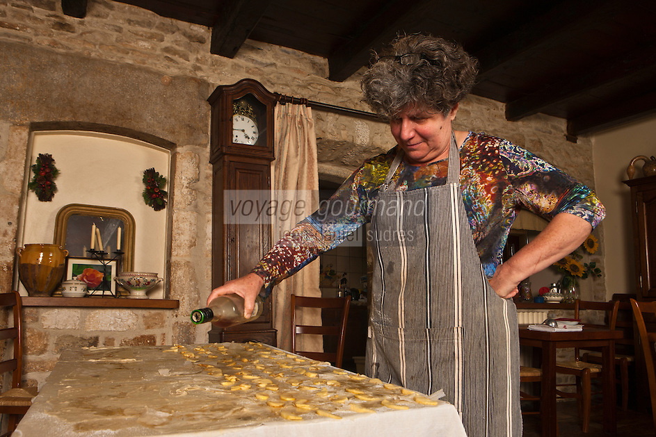 Europe/Europe/France/Midi-Pyrénées/46/Lot/Bach:  Auberge Lou Bourdié, Monique Valette prépare le pastis quercynois - ajout de la liqueur     France, Lot, Bach, Auberge Lou Bourdais, Monique Vallette prepares the Quercy pastis, addition of the liquor <br /> <br /> [Non destiné à un usage publicitaire - Not intended for an advertising use]