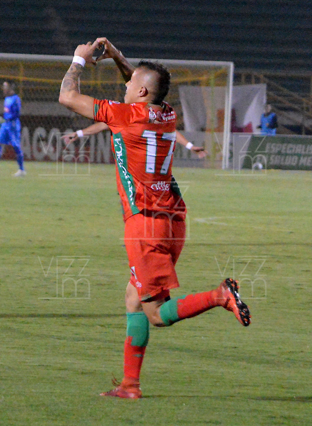 TUNJA-COLOMBIA, 25-03-2019: Jhon Fredy Salazar, de Patriotas Boyacá, corre a celebrar el gol segundo anotado a La Equidad, durante partido entre Patriotas Boyacá y La Equidad, de la fecha 11 por la Liga de Águila I 2019 en el estadio La Independencia en la ciudad de Tunja. / Jhon Fredy Salazar, of Patriotas Boyaca, runs to celebrate the second scored goal to La Equidad, during a match between Patriotas Boyaca and La Equidad, of the date 11th for the  Aguila Leguaje I 2019 at La Independencia stadium in Tunja city. Photo: VizzorImage / José Miguel Palencia / Cont.