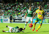CALI -COLOMBIA-08-02-2017: Jose David Lloreda (Izq) jugador del Deportivo Cali disputa el balón con Eddie Segura (Der) jugador de Atlético Huila durante partido por la fecha 1 de la Liga Aguila I 2017 jugado en el estadio Pascual Guerrero de la ciudad de Cali. / Jose David Lloreda (L) player of Deportivo Cali vies for the ball with Eddie Segura (R) player of Atletico Huila during match for the date 1 of the Aguila League I 2017 played at Pascual Guerrero stadium in Cali city.  Photo: VizzorImage/ NR /Cont