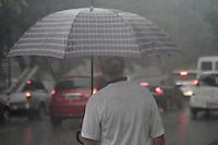 SAO PAULO, SP, 06 DE DEZEMBRO 2012 - CLIMA TEMPO SP - Chuva forte sobre a capital paulista no incio da noite, temperaturas medindo 31 graus, na região do Bom Retiro, zona central da capital, quinta-feira, 06  -  FOTO: LOLA OLIVEIRA/BRAZIL PHOTO PRESS