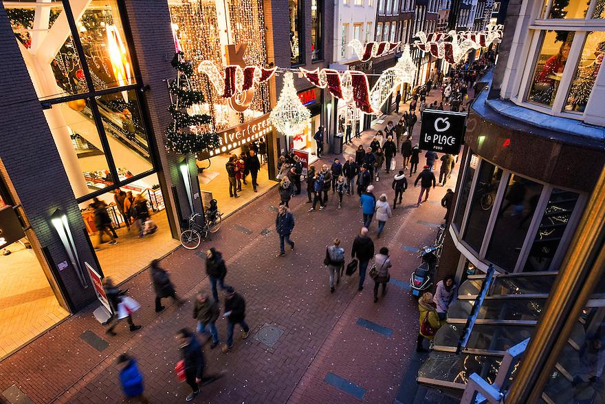 Nederland, Amsterdam, 13 dec 2014<br /> Winkelend publiek in de Kalverstraat  <br /> Foto: (c) Michiel Wijnbergh