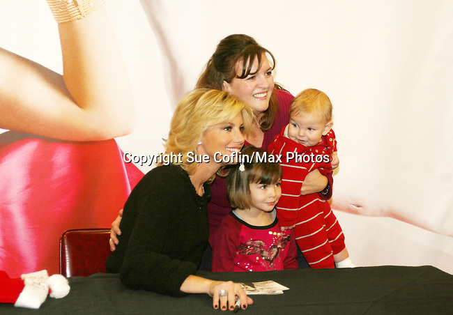 """Country Singer Faith Hill promotes her Christmas cd """"Joy To The World"""" on November 24, 2008 at Virgin Magastore in Times Square, NYC, NY. (Photo by Sue Coflin/Max Photos)"""