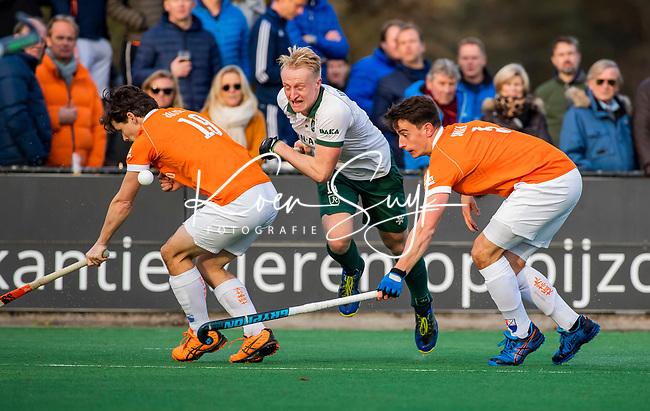 BLOEMENDAAL - Tjep Hoedemakers (Rdam) met Tim Swaen (Bldaal) en Wouter Jolie (Bldaal)   tijdens  hoofdklasse competitiewedstrijd  heren , Bloemendaal-Rotterdam (1-1) .COPYRIGHT KOEN SUYK