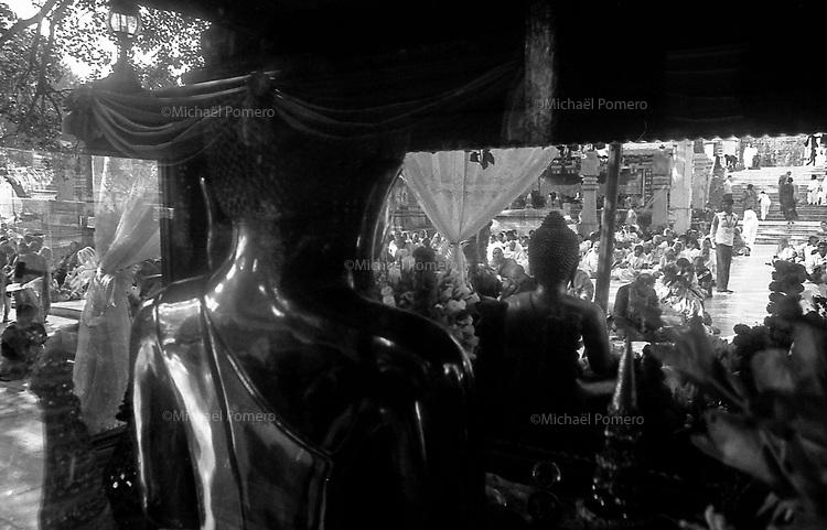 12.2010 Bodhgaya (Bihar)<br /> <br /> Inside the Mahabodhi temple during the pilgrimage season .<br /> <br /> Dans le Mahabodhi temple pendant la saison de p&egrave;lerinage.