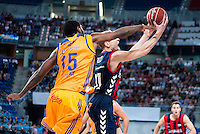Baskonia's player Jaka Blazic and Herbalife Gran Canaria's player Royce O'Neale during the match of the semifinals of Supercopa of La Liga Endesa Madrid. September 23, Spain. 2016. (ALTERPHOTOS/BorjaB.Hojas)