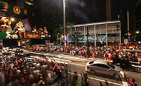 """ATENCAO EDITOR IMAGEM EMBARGADA PARA VEÍCULOS - SAO PAULO, SP, 25 DEZEMBRO 2012 - MOVIMENTACAO NATAL AVENIDA PAULISTA - Movimentacao de populares na noite desta terca-feira, 25 Dia de Natal na Avenida Paulista, para ver decorações que fazem parte do """"Natal Iluminado"""". (FOTO: VANESSA CARVALHO - BRAZIL PHOTO PRESS."""