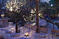 Europe/France/2A/Corse du Sud/ Murtoli: A la tombée de la nuit au  restaurant de  plage du Domaine de Murtoli dans la vallée de l'Ortolo  sur le Golfe de Roccapina- Les anciennes  bergeries ont étées transformées en maison d'hôtes - Hôtellerie de luxe [Non destiné à un usage publicitaire - Not intended for an advertising use]