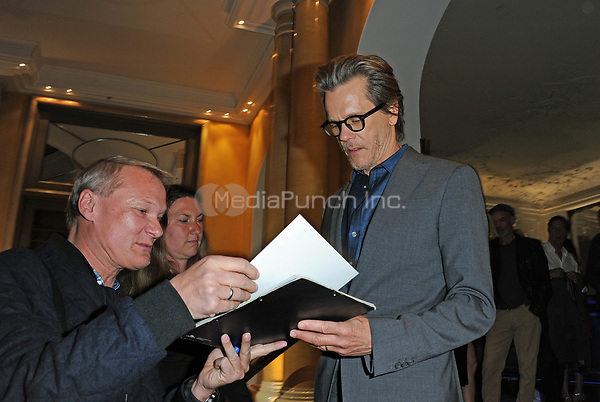 US-American actor Kevin Bacon gives autographs before the premiere of the new Amazon series 'I love Dick' at Bayerischer Hof in Munich, Germany, 2 May 2017. Photo: Ursula Düren/dpa /MediaPunch ***FOR USA ONLY***