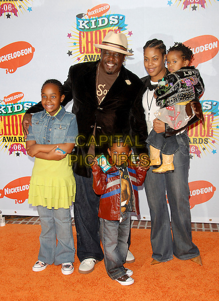 CEDRIC THE ENTERTAINER & FAMILY.Arrivals at The Nickelodeon's 19th Annual Kids' Choice Awards held at UCLA's Pauley Pavilion in Westwood, California, USA, April 1st 2006..full length kids children dad father son daughter wife.Ref: DVS.www.capitalpictures.com.sales@capitalpictures.com.©Debbie VanStory/Capital Pictures