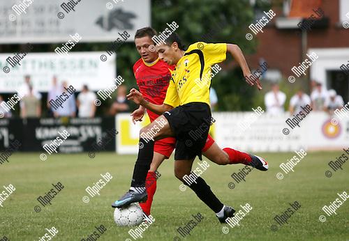 2009-08-09 / Seizoen 2009-2010 / Voetbal / Kapellen - Berchem Sport / Glenn D'Huyvetter van Kapellen in duel met Said El Harci van Berchem..Foto: Maarten Straetemans (SMB)