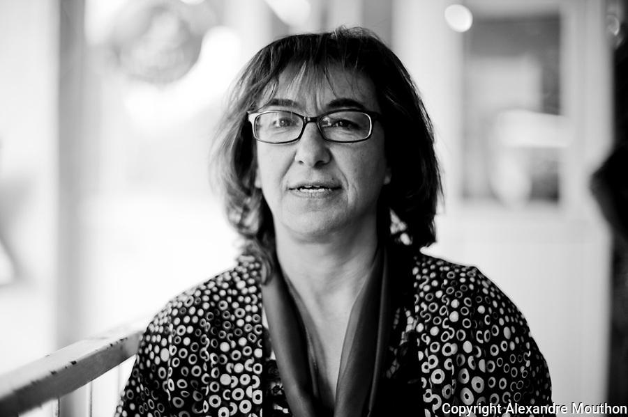 En 2013, Ayse G&ouml;kkan est la maire de la ville de Nusaybin, &eacute;lu du BDP, le parti Kurde. Nusaybin est un bastion du BDP (82% des votants). Au sein du BDP, il existe une parit&eacute; homme-femme, il y a &eacute;galement 14 femmes maires au kurdistan de Turquie et 4 en prison. Ayse se bat pour les droits de la femme avec acharnement. Elle est la seule qui peut se rendre &agrave; Qamislo, la ville syrienne jumelle de Nusaybin, plusieures fois par semaine, pour apporter de l'aide sanitaire. Selon elle, Qamislo est pass&eacute;e de 300 000 habitants &agrave; 1 000 000 d'habitants depuis le d&eacute;but du conflit, transformant la ville en un gigantesque camp de r&eacute;fugi&eacute;s, le plus grand du conflit donc, mais pas reconnu comme tel, et c'est l&agrave; tout le probl&egrave;me. La situation sanitaire est alarmante. Elle essaye de leur donner de l'&eacute;lectricit&eacute; mais c'est l'Etat turc qui est aux commandes, sa municipalit&eacute; est d&eacute;sarm&eacute;e.<br /> <br /> Ayse G&ouml;khan is the mayor of the town of Nusaybin elected BDP, the Kurdish party. Nusaybin is a bastion of BDP (82% of voters). In the BDP, there is a gender balance, there are also 14 women mayors in Kurdistan of Turkey and four in prison. Ayse is fighting for the rights of women hard. She is the only one who can get to Qamislo, twin Syrian city of Nusaybin, several times a week to bring food aid. According to her, Qamislo rise from 300 000 to 1 000 000 inhabitants since the conflict began, turning the city into a giant refugee camp, the largest of the conflict then, but not recognized as such, and it is the whole problem. The health situation is alarming. She tries to give them electricity but the Turkish state is in order, the municipality is disarmed.