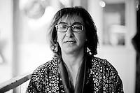 En 2013, Ayse Gökkan est la maire de la ville de Nusaybin, élu du BDP, le parti Kurde. Nusaybin est un bastion du BDP (82% des votants). Au sein du BDP, il existe une parité homme-femme, il y a également 14 femmes maires au kurdistan de Turquie et 4 en prison. Ayse se bat pour les droits de la femme avec acharnement. Elle est la seule qui peut se rendre à Qamislo, la ville syrienne jumelle de Nusaybin, plusieures fois par semaine, pour apporter de l'aide sanitaire. Selon elle, Qamislo est passée de 300 000 habitants à 1 000 000 d'habitants depuis le début du conflit, transformant la ville en un gigantesque camp de réfugiés, le plus grand du conflit donc, mais pas reconnu comme tel, et c'est là tout le problème. La situation sanitaire est alarmante. Elle essaye de leur donner de l'électricité mais c'est l'Etat turc qui est aux commandes, sa municipalité est désarmée.<br /> <br /> Ayse Gökhan is the mayor of the town of Nusaybin elected BDP, the Kurdish party. Nusaybin is a bastion of BDP (82% of voters). In the BDP, there is a gender balance, there are also 14 women mayors in Kurdistan of Turkey and four in prison. Ayse is fighting for the rights of women hard. She is the only one who can get to Qamislo, twin Syrian city of Nusaybin, several times a week to bring food aid. According to her, Qamislo rise from 300 000 to 1 000 000 inhabitants since the conflict began, turning the city into a giant refugee camp, the largest of the conflict then, but not recognized as such, and it is the whole problem. The health situation is alarming. She tries to give them electricity but the Turkish state is in order, the municipality is disarmed.