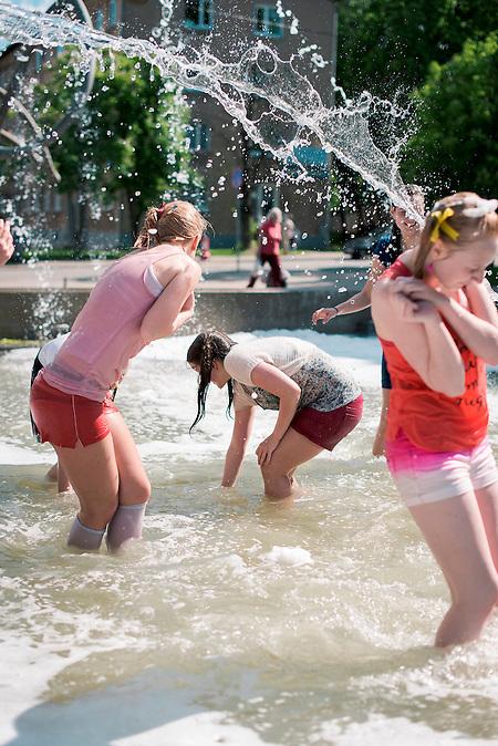 Jedes Jahr Ende Mai, am letzten Schultag vor den Abschlussprüfungen der 9. Klasse, liefern sich die estnischen Schulabgänger wilde Wasserschlachten in den städtischen Brunnen. Es ist Tutipäev, Schleifentag, eine ursprünglich sowjetische Tradition, in der die Schulabgänger am letzten Schultag mit einer Schleife im Haar zur Schule kamen, wie die Erstklässler sie bei der Einschulung tragen. Doch die Teenager in Estland beschränken sich nicht auf eine Schleife, sondern verkleiden sich an Tutipäev von Kopf bis Fuß als Erstklässler.
