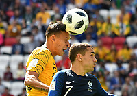 KAZAN - RUSIA, 16-06-2018: Trent SAINSBURY jugador de Australia disputa el balón con Antoine GRIEZMANN jugador de Francia durante partido de la primera fase - Grupo C, Kazan Arena en Kazán como parte de la Copa Mundo FIFA 2018 Rusia. / Trent SAINSBURY player of Australia vies for the ball with Antoine GRIEZMANN player of France during match of the first stage - Group C, Kazan Arena in Kazan as part of the 2018 FIFA World Cup Russia. Photo: VizzorImage / Julian Medina / Cont