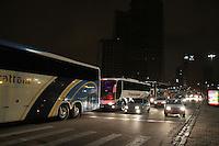 CURITIBA, PR, 17.04.2014 -  VÉSPERA DO FERIADO/ MOVIMENTO - Movimentação de saída de ônibus da rodoviária de Curitiba causa congestionamento nas Av. 7 de setembro e ruas próximas da rodoviária na noite desta quinta -feira (17). (Foto: Paulo Lisboa / Brazil Photo Press)