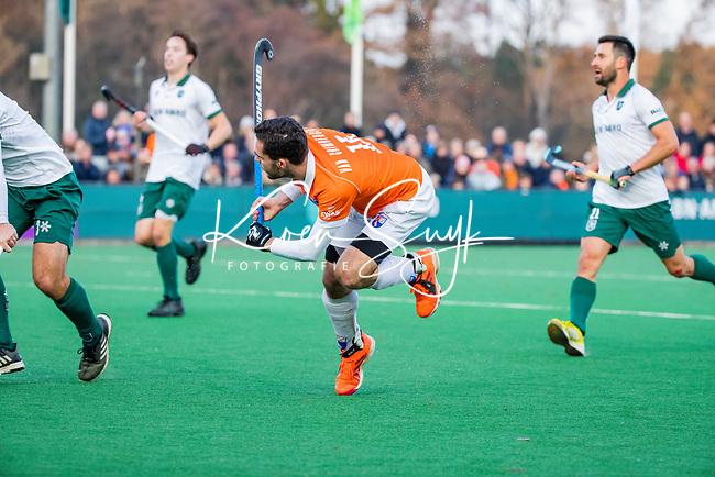 BLOEMENDAAL -  Martijn van Grimbergen (Bldaal) met Tristan Algera (Rdam)  tijdens  hoofdklasse competitiewedstrijd  heren , Bloemendaal-Rotterdam (1-1) .COPYRIGHT KOEN SUYK