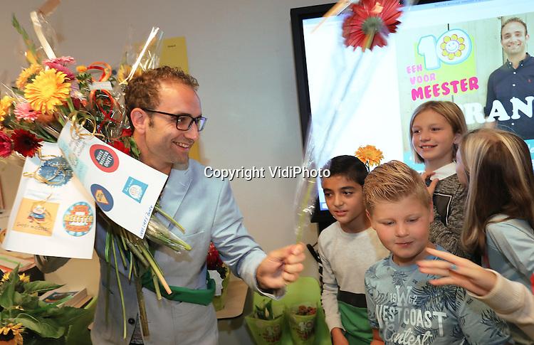 Foto: VidiPhoto<br /> <br /> KRIMPEN A/D LEK &ndash; Slechts 13 procent van de leraren in het basisonderwijs is man, maar Frank Gorissen (29) van de PCB De Wegwijzer in Krimpen aan de Lek is wel de leukste leerkracht van Nederland. Woensdag werd de populaire meester gehuldigd en in de bloemen gezet door de jury, het schoolteam en natuurlijk de leerlingen van zijn klas. Uit honderden genomineerde juffen en meesters selecteerde een vakjury per regio (Zuid, Midden en Noord) een finalist; twee juffen en een meester. Tot en met 28 september kon er gestemd worden op de meest favoriete. In totaal zijn er zo&rsquo;n 4.000 stemmen uitgebracht. De landelijke actie is een initiatief van de stichting &ldquo;Een 10 voor de Juf en Meester&rdquo; om extra waardering te tonen voor het vele werk van leerkrachten en hun enthousiaste inzet.  In de voordracht van meester Frank staat: &ldquo;Hoewel Frank nog maar sinds kort voor de klas staat, lopen de leerlingen weg met hem. Kenmerkend is zijn zeer positieve en behulpzame benadering van de kinderen. Franks klas is de leukste van de school.&rdquo;  De twee andere finalisten waren juf Annie Zwarts-Postma (35) van CBS Immanuel in Noardburgum en juf Trude Veenhuizen (58) van Daltonschool In Balans in Oss.