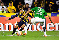 ROSARIO - ARGENTINA - 12-05-2016: Franco Servi (Izq.) jugador de Rosario Central de Argentina, disputa el balón con Felipe Aguilar (Der.) jugador de Atletico Nacional de Colombia durante partido de ida de cuartos de final, entre Rosario Central y Atletico Nacional por la Copa Bridgestone Libertadores 2016 en el Estadio Gigante de Arroyito, de la ciudad de Rosario. / Franco Servi (L) player of Rosario Central of Argentina, vies for the ball with Felipe Aguilar (R) player Atletico Nacional of Colombia, during a match for the first leg for the quarterfinal between Rosario Central and Atletico Nacional for the Bridgestone Libertadores Cup 2016, in the Gigante de Arroyito Stadium, in Rosario city. Photo: Photogamma / Mario Garcia / VizzorImage / Cont.