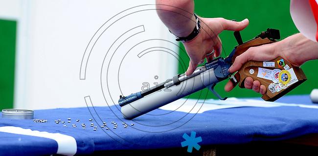 DKB EM Europameisterschaft Moderner Fünfkampf in Leipzig - im Bild: Der Deutsche Eric Walther beim Laden der Waffe - Feature Sequenz Waffe laden.  Foto: Norman Rembarz..