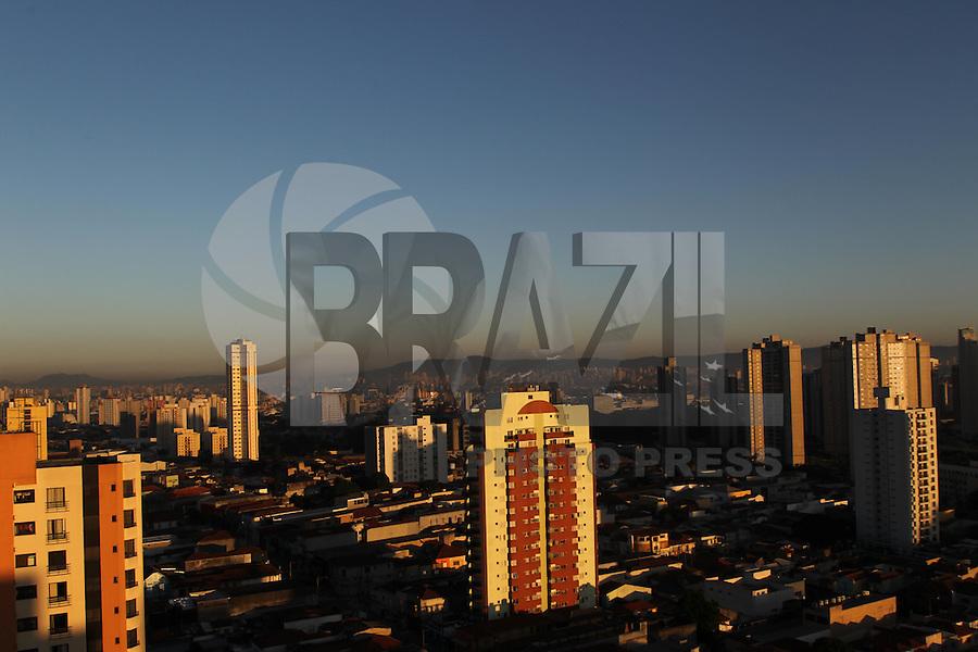 SÃO PAULO, SP, 21/02/2013, CLIMA TEMPO. São Paulo amanheceu nessa Quinta-feira (21) com céu sem nuvens, foto feita apartir de prédio na região da Moóca.  Luiz Guarnieri/ Brazil Photo Press