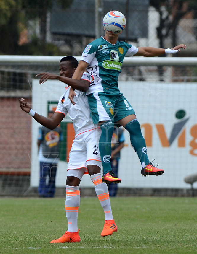 ENVIGADO - COLOMBIA - 03 - 03 - 2018: Camilo Mancilla (Izq.) jugador de Envigado F. C., disputa el balón con Roger Lemus (Der.) jugador de Leones F. C., durante partido entre Envigado F. C., y Leones F. C. de la fecha 6 por la Liga Aguila I 2018, en el estadio Polideportivo Sur de la ciudad de Envigado. / Camilo Mancilla (L) player of Envigado F. C., fights for the ball with Roger Lemus (R) player of Leones F. C.,  during a match between Envigado F. C. and Leones F. C. of the 6th date for the Liga Aguila I 2018 at the Polideportivo Sur stadium in Envigado city. Photo: VizzorImage / Leon Monsalve / Cont.