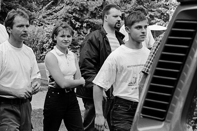 Etwa hundert Neonazis aus der Bundesrepublik versuchten am Samstag den 16. August 1997 im niedersaechsischen Koenigslutter einen sog. &quot;Hess-Gedenkmarsch&quot; anlaesslich des 10. Todestages des Hitlerstellvertreters Rudolf Hess.<br /> Die Polizei nahm die Neonazis fest.<br /> Im Bild: 2.vr. mit dunkler Jacke und quergestreiftem T-Shirt: Oliver Schweigert, Berlin.<br /> 16.8.1997, Koenigslutter/Niedersachsen<br /> Copyright: Christian-Ditsch.de<br /> [Inhaltsveraendernde Manipulation des Fotos nur nach ausdruecklicher Genehmigung des Fotografen. Vereinbarungen ueber Abtretung von Persoenlichkeitsrechten/Model Release der abgebildeten Person/Personen liegen nicht vor. NO MODEL RELEASE! Nur fuer Redaktionelle Zwecke. Don't publish without copyright Christian-Ditsch.de, Veroeffentlichung nur mit Fotografennennung, sowie gegen Honorar, MwSt. und Beleg. Konto: I N G - D i B a, IBAN DE58500105175400192269, BIC INGDDEFFXXX, Kontakt: post@christian-ditsch.de<br /> Urhebervermerk wird gemaess Paragraph 13 UHG verlangt.]