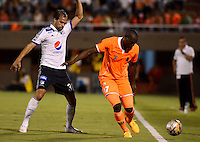 ENVIGADO -COLOMBIA-26-04-2015. Yilmar Angulo (Der) de Envigado FC disputa el balón con Federico Insua (Izq) de Millonarios durante partido por la fecha 17 de la Liga Águila I 2015 realizado en el Polideportivo Sur de la ciudad de Envigado./ Yilmar Angulo (R) of Envigado FC fights for the ball with Federico Insua (L) of Millonarios during match for the 17	th date of the Aguila League I 2015 at Polideportivo Sur in Envigado city.  Photo: VizzorImage/León Monsalve/STR